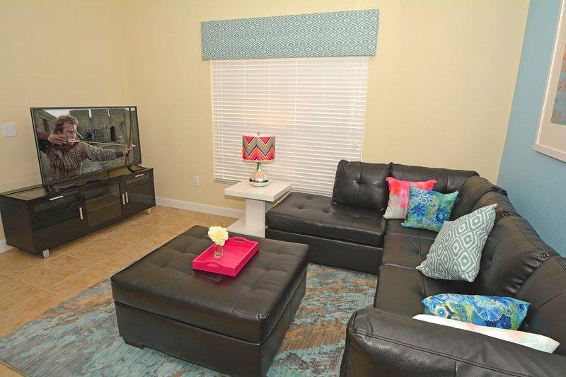 Familiensitzbereich mit Ledersofas und Flatscreen-TV