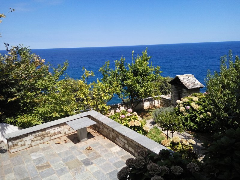 House in Damouchari, a retreat close to Papa Nero with access to private beach, holiday rental in Kalamaki