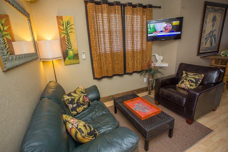 Coin salon avec TV à écran plat