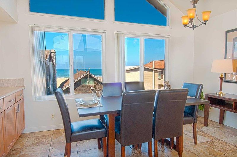 Área de jantar mostrando a vista para a praia