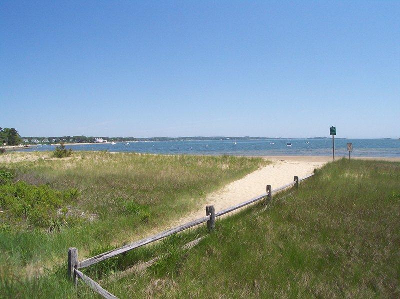 1. 7 milhas para a praia Jack Knife Cove. Ótimo para nadar e um local popular de pesca de conchas