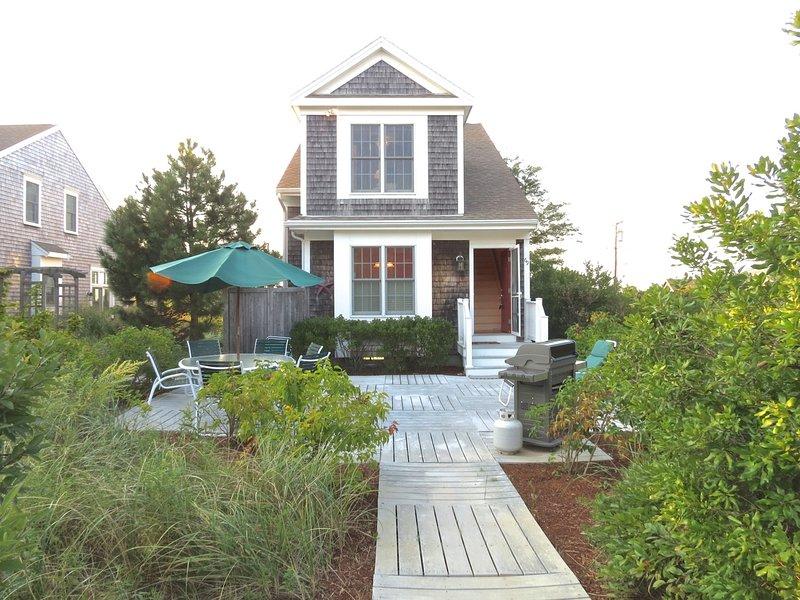Gran patio con una parrilla de gas hace ideal espacio de vida al aire libre.
