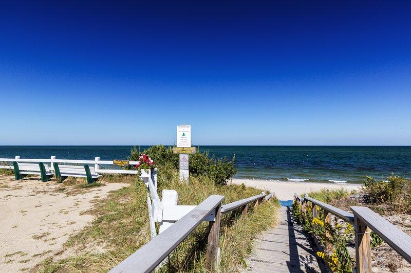 Fácil acceso a la playa por una rampa bien diseñada y una alfombra de playa azul.