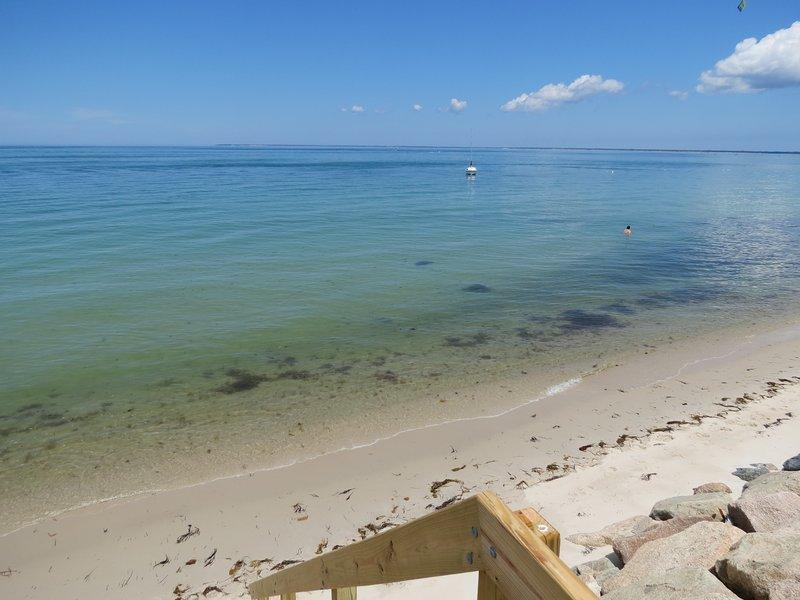 La playa privada y la bahía de Cape Cod son su patio delantero.