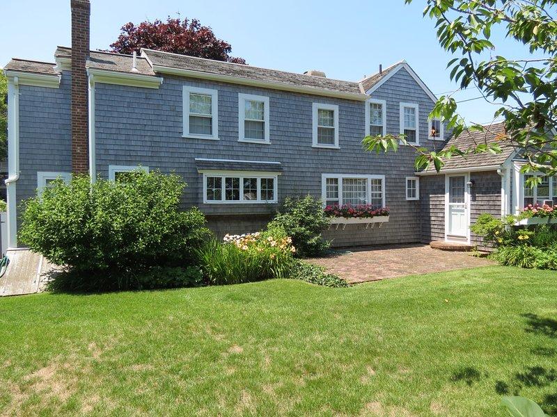 La casa es mucho más grande de lo que parece desde la carretera. Uno de los dos patios está ubicado en el lado este.
