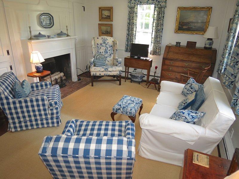 Una sala de estar delantera separada es cómoda y luminosa con un televisor pequeño, otro espacio de vida atractivo.