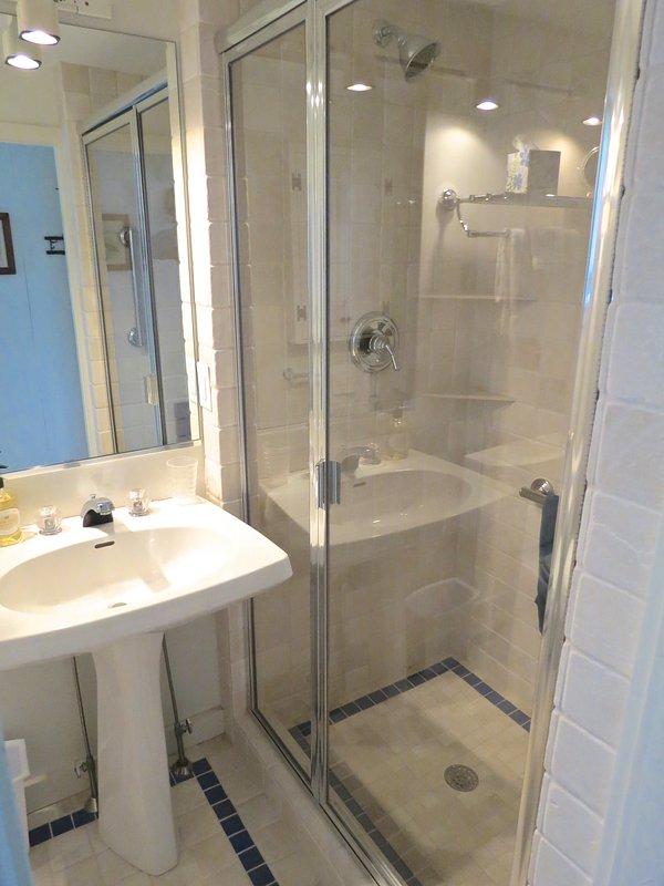 Este baño completo está justo al lado del dormitorio principal de nivel reina