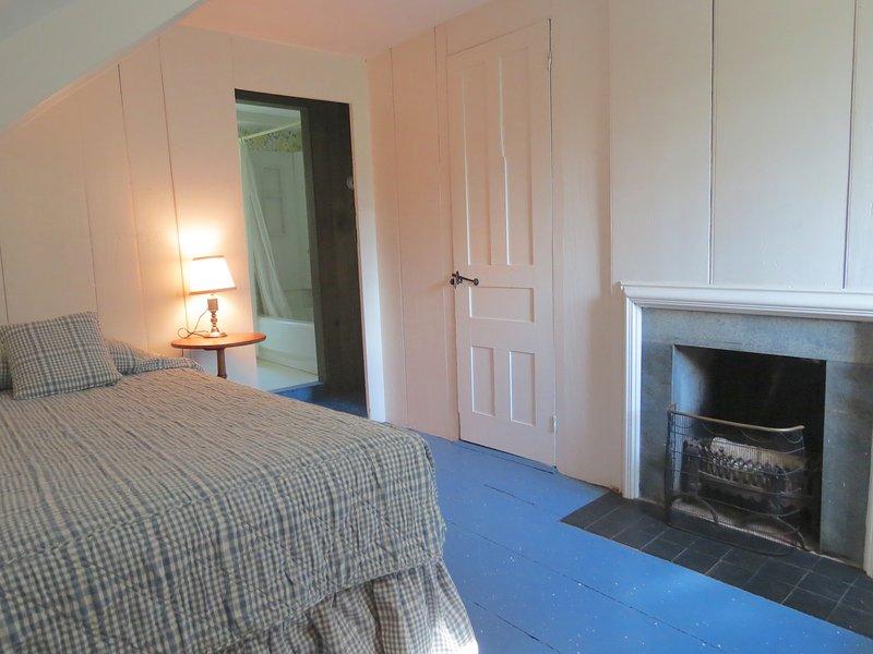 Arriba, el primer dormitorio tiene un solo gemelo y esta encantadora chimenea