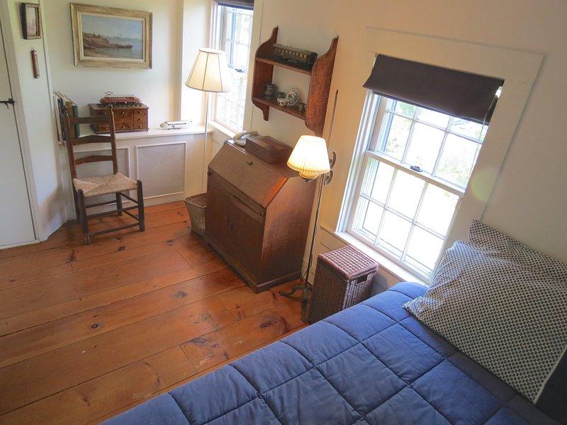 Un tercer dormitorio en el segundo piso tiene una cama doble