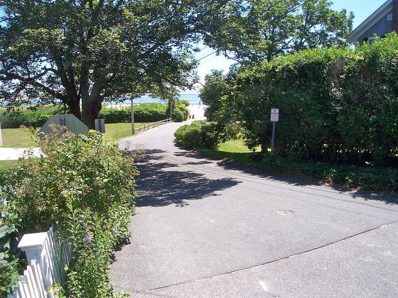 Loop over de straat, langs deze weg naar het strand, ongeveer een minuut lopen