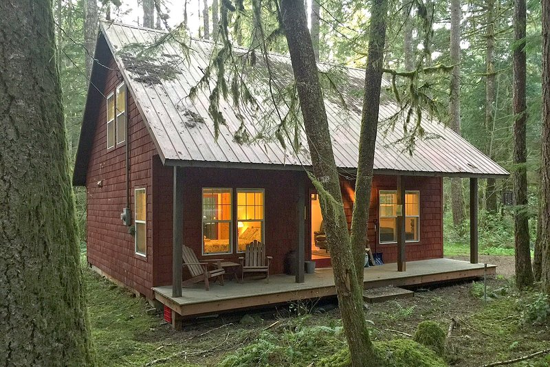 Glacier Springs Family Cabin #12- AIR CONDITIONING, FIREPLACE, WIFI*, BBQ, SLP-4, vacation rental in Glacier