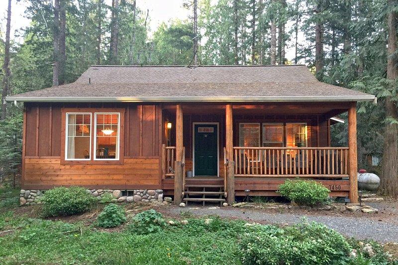 Glacier Springs Family Cabin #95- HOT TUB, FIREPLACE, WIFI*, BBQ, PETS OK, SLP-4, vacation rental in Glacier