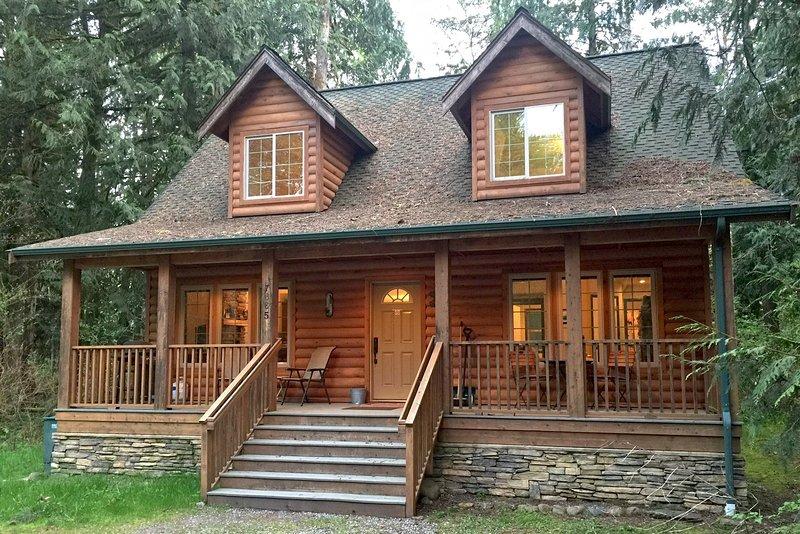 Glacier Springs Family Cabin #89- HOT TUB, FIREPLACE, WIFI*, PETS OK, BBQ, SLP-4, alquiler vacacional en Glacier
