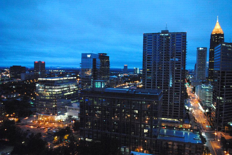 Otrolig nattetid utsikt över Atlanta silhuett från balkongen