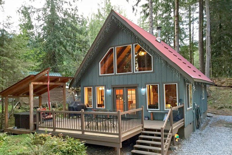 Mt Baker Rim Cabin 99 - Charming Cabin with a hot tub, Wi-fi, Pet Friendly, alquiler vacacional en Glacier