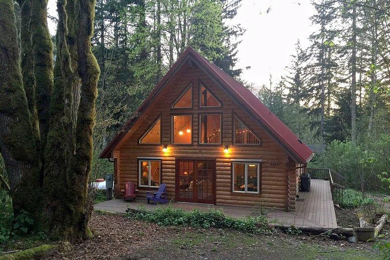 Glacier Springs Family Cabin #21 - WOODSTOVE, WASHER/DRYER, PETS OK, SLEEPS-6!, holiday rental in Cultus Lake