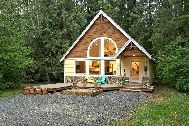 Snowline Family Cabin #1 - HOT TUB, FIREPLACE, BBQ, PETS OK, WIFI*, D/W, SLPS-8!, vacation rental in Glacier
