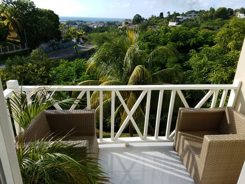 (3) City/Ocean View 2 Bedroom Condo in Montego Bay, alquiler vacacional en Jamaica