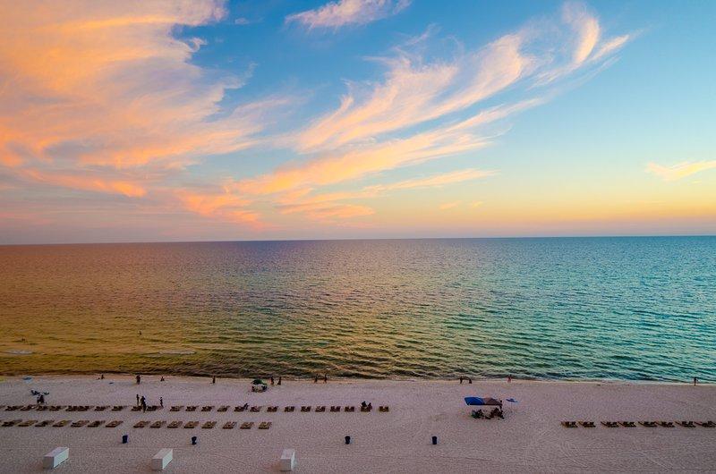 La vue du balcon est incroyable! Sugar Sand et les eaux d'émeraude à perte de vue! Couchers de soleil fabuleux tous les soirs!