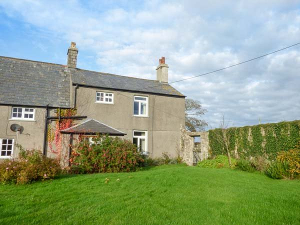 EAST MONKTON FARM, open fire, pet-friendly, private enclosed garden, Cowbridge, holiday rental in Monknash