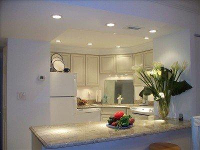 Lotes de luzes na cozinha também sob as luzes do gabinete