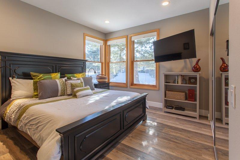 Hoofdslaapkamer - Kingsize bed en 50 inch Samsung smart HDTV en Smart Blue-ray-speler