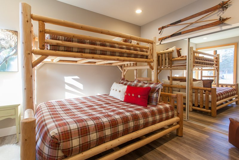 """Gastenslaapkamer - Dubbel boven Queen stapelbed in de tweede slaapkamer, 50 """"Samsung smart HDTV"""