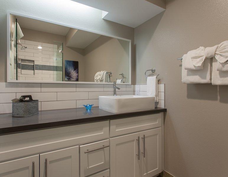 Gastenbadkamer - Hoogst bijgewerkt. Met een alleenstaande douche