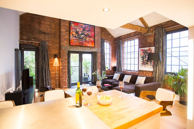 Secluded industrial Warehouse Living at Paintworks with Free Parking, holiday rental in Bristol