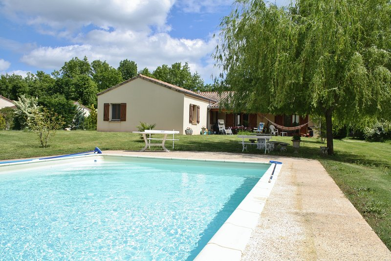 PALANQUEE - SUPERBLY EQUIPPED GROUND FLOOR PROPERTY WITH LARGE GARDEN AND POOL, holiday rental in Saint-Martial-de-Nabirat
