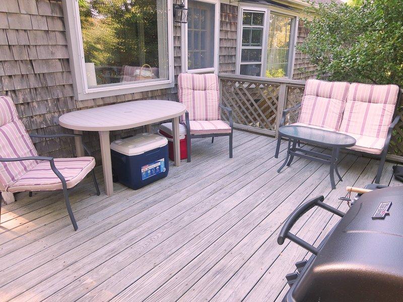 Litet däck av kök med bord och 4 stolar - 200 Indian Hill Road Chatham Cape Cod New England Semesterbostäder