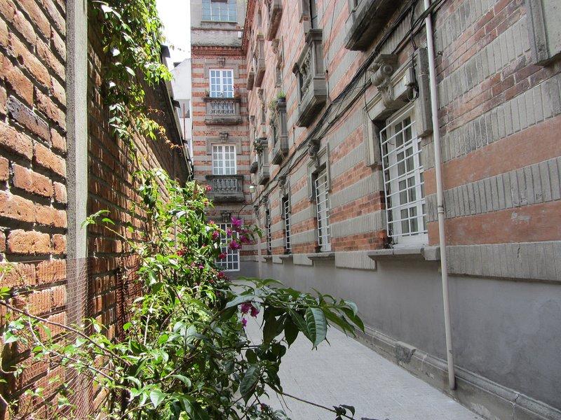 Manera de la entrada al patio edificio histórico