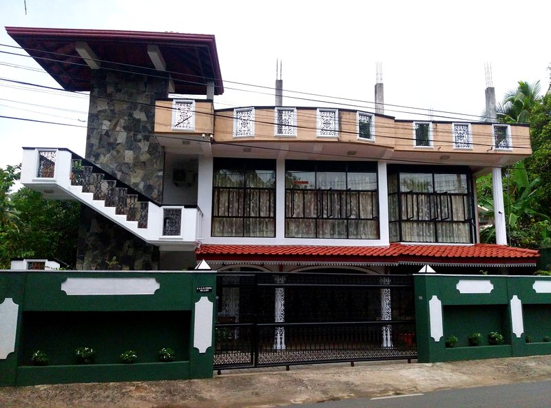 A/C modorn rooms with all facilities, just walking distance to the Kegalle city., holiday rental in Ambepussa