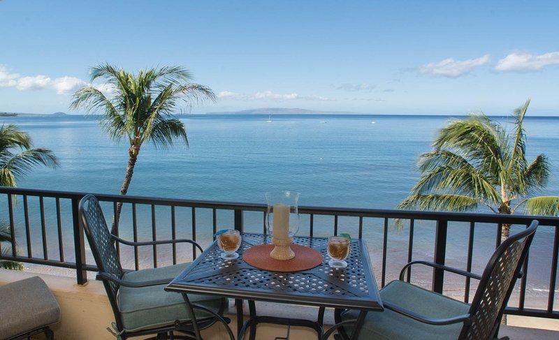 Disfrutar de las tortugas y ballenas, atardeceres, y mai tais desde tu terraza privada.
