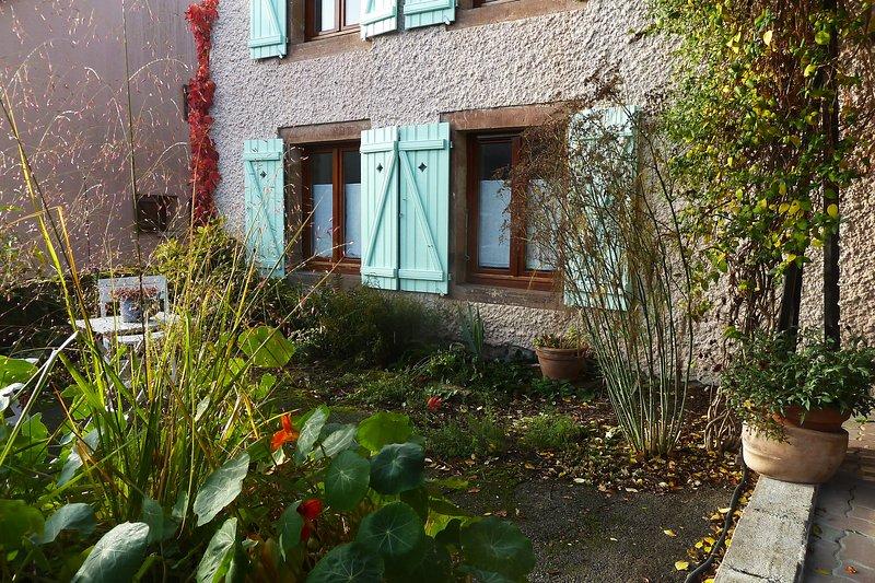 Le gite occupe les deux fenêtres du RDC...