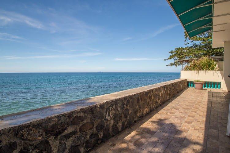 hermosa vista frente al mar en el patio trasero
