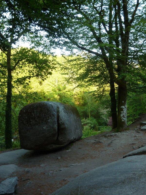 temblando roca en el bosque de Huelgoat