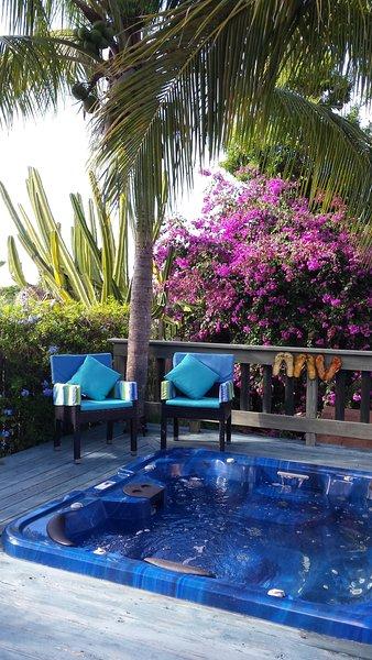 amplia terraza para descansar y disfrutar de los jardines.