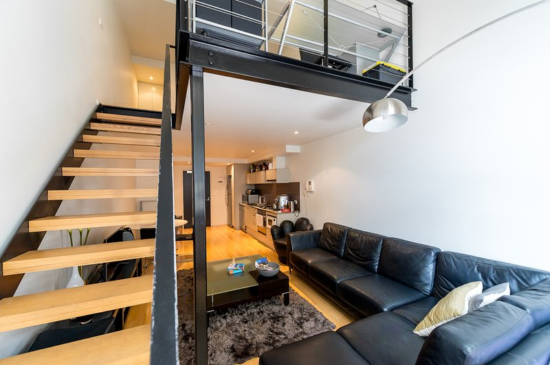 Un espace confortable salon avec une chaise en cuir 5 places ensemble