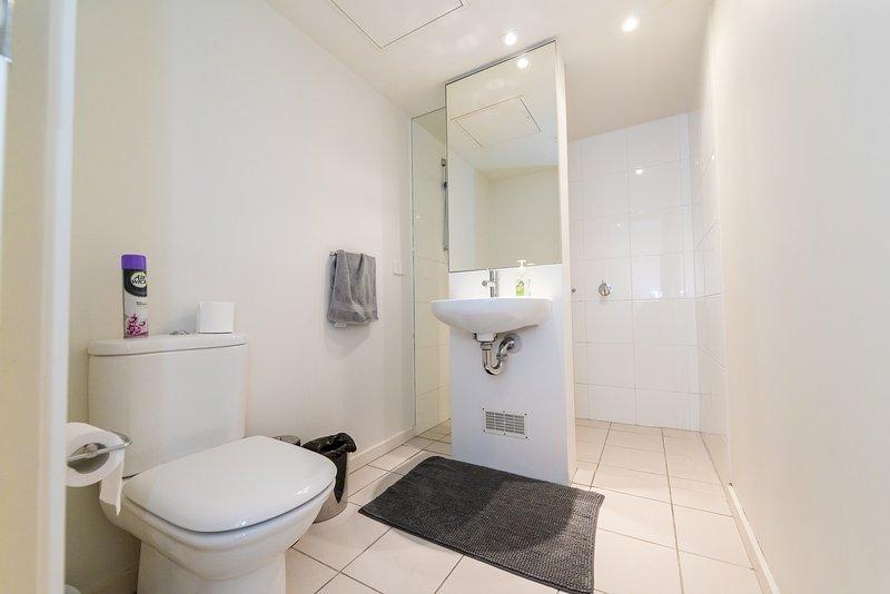 Une salle de bains spacieuse.
