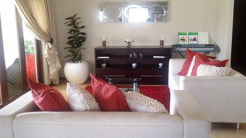 Casa com acabamentos modernos e mobiliário.
