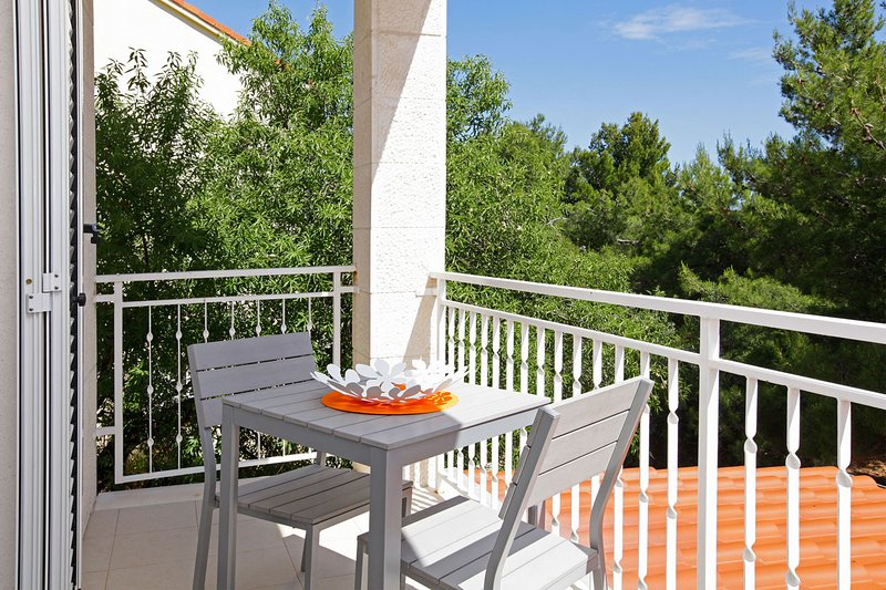 Adria 4-Bright apartm. on east side of Bol perfect for couples or solo travelers, holiday rental in Bol