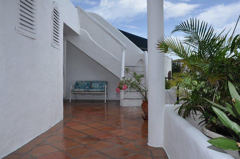Camera da letto principale gradini balcone privato che conducono al giardino sul tetto