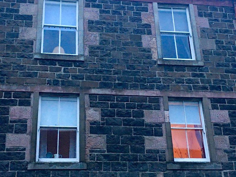 Μπροστά από επίπεδη 1/1 - 1ος όροφος 3 ορόφων κτίριο.