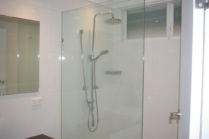 Basse salle de niveau / buanderie avec WC séparé