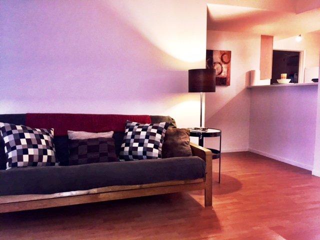 Wohnzimmer mit Blick auf Küche Bar ... siehe Futon umklappen