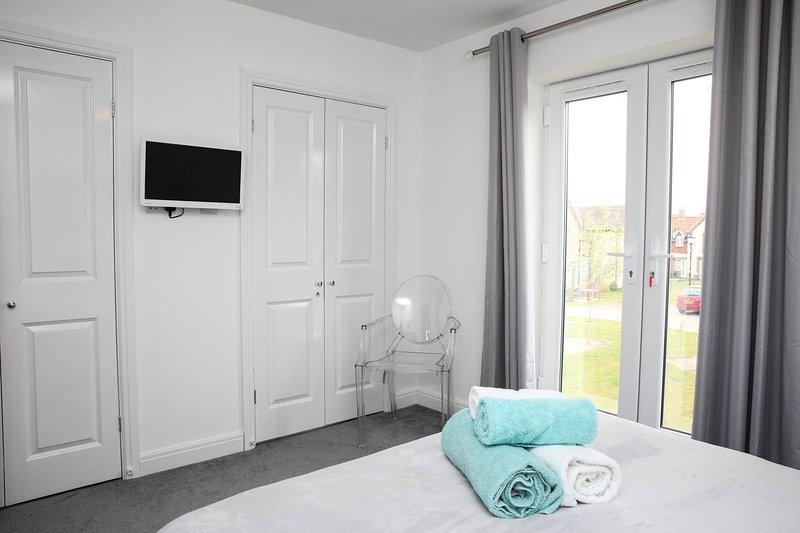 Amplio dormitorio principal con balcón de Julieta, TV y DVD y sala cuna para el que está disponible