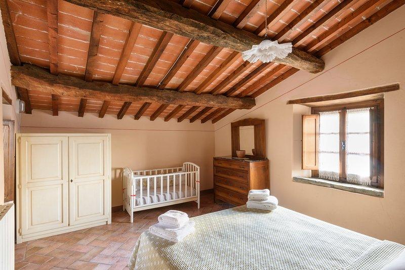 Dormitorio principal de Il sole cottage, ventanas y ventanas francesas a zona de jardín,