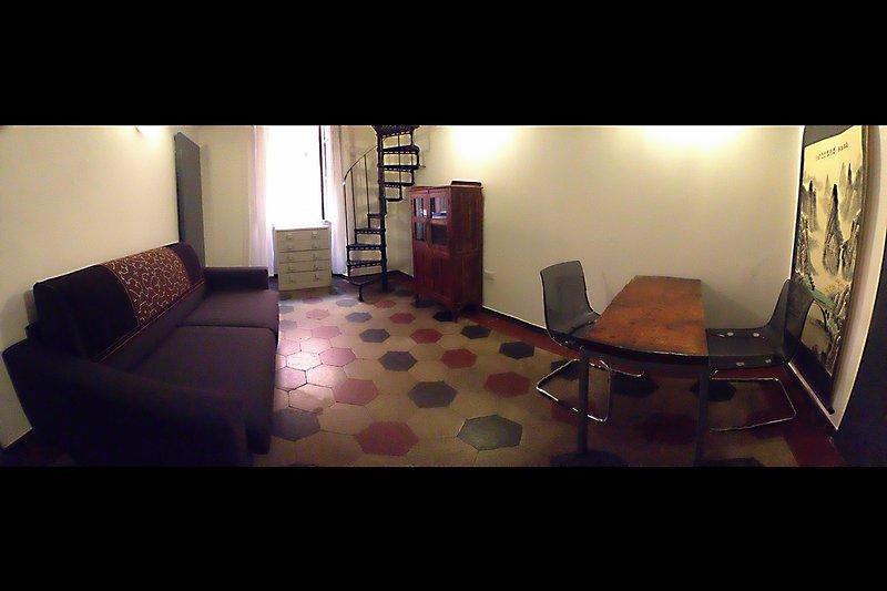 Hier haben wir ein weiteres Bett-Sofa (dies ist erstaunlich confy) und einen Schreibtisch für den Fall, Sie arbeiten möchten