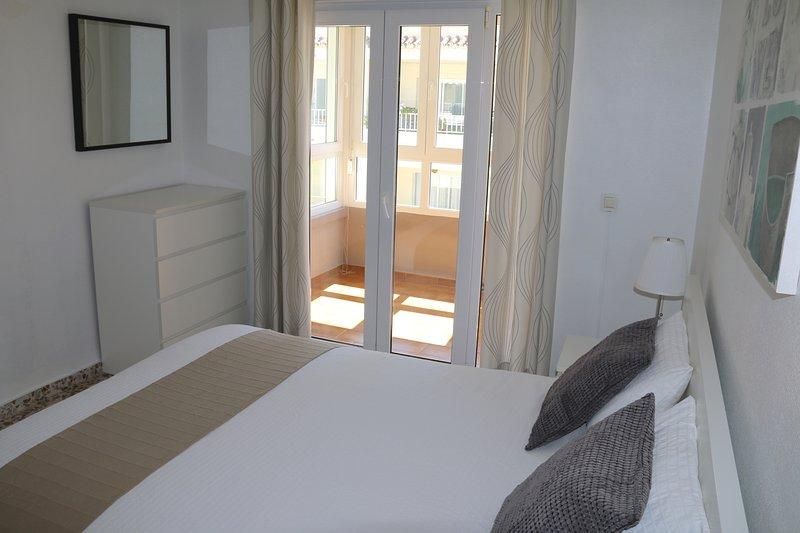 Sovrum med inglasad balkong
